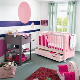 Chambre pour bébé fille de couleur rose disponible dans les magasins Aubert
