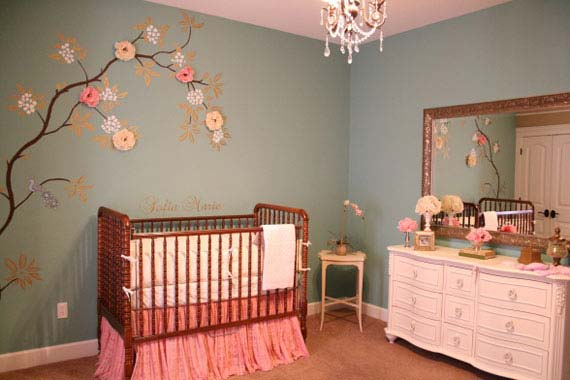 Une chambre de bébé fille décorée avec des stickers muraux