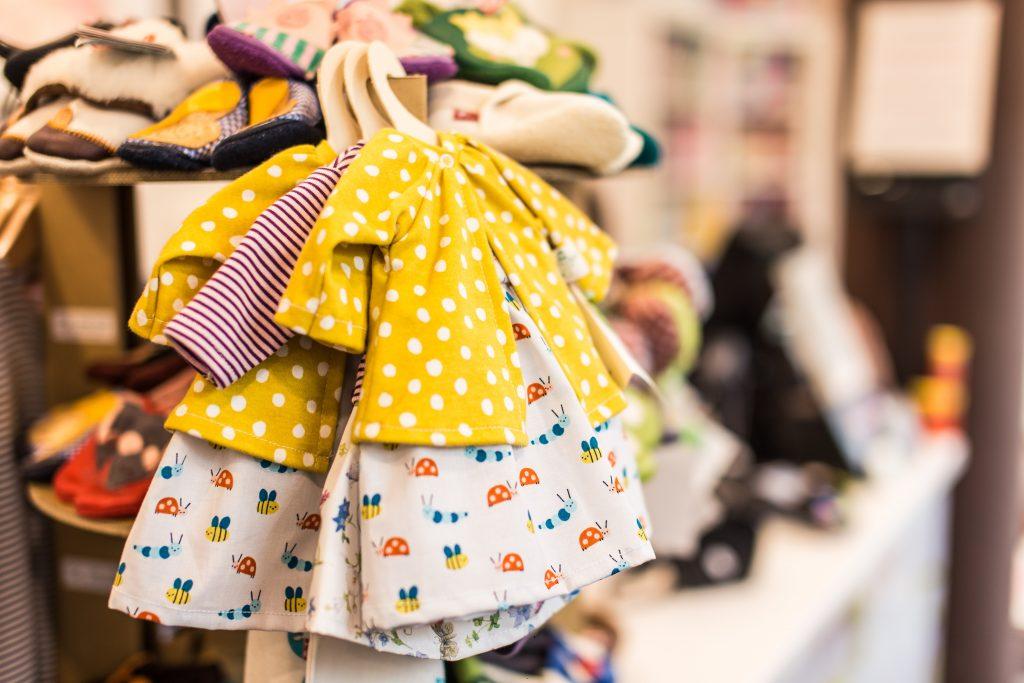 Des vêtements de bébé pour fille