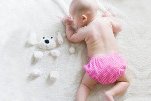 un bébé sur une couverture