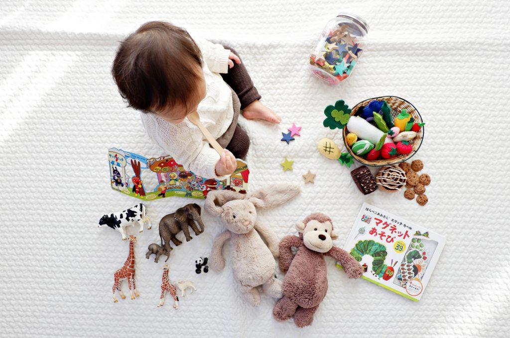 Un bébé et ses jouets