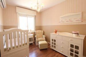Chambre de bébé avec meubles fonctionnels